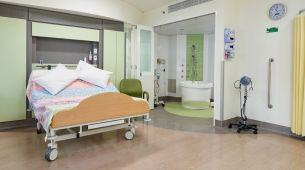 Calvary Birth Centre: Double bed and bathroom