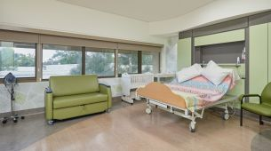 Calvary Birth Centre: Double bed, lounge and bassinet